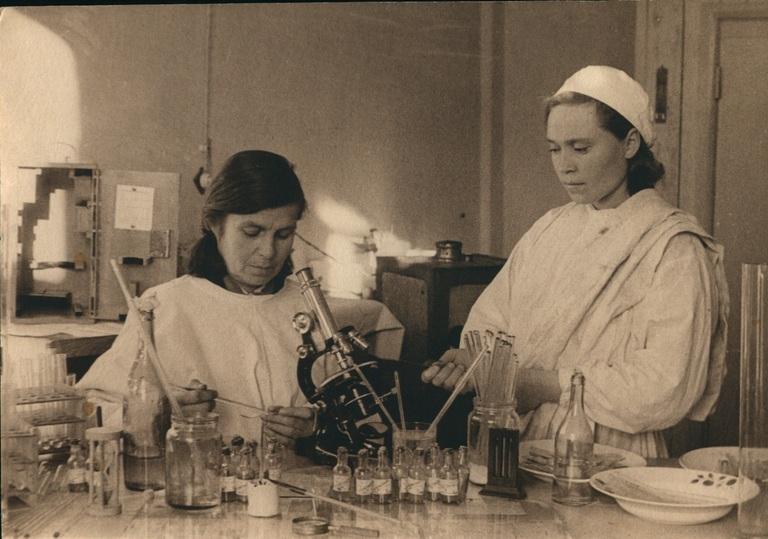 Рабочий момент в лаборатории в годы Великой отечественной войны